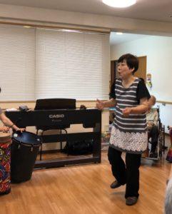 飯田和子 北島恵美 高齢者ホームでドラムサークル